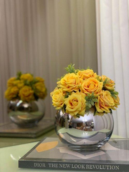 Bowl prata com rosas amarelas