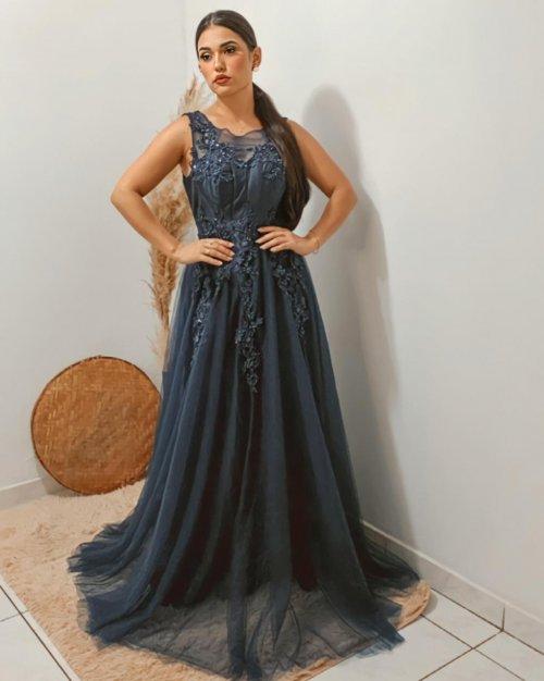 {Analu} Vestido Festa Longo Godê com Guipure Bordado e Camadas de Tule Madrinha Formatura (cor Azul Marinho)