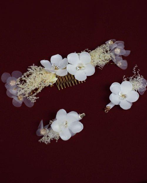 {Brasília} Acessório de Cabelo Pente e Grampos com Flores em Tecido com Detalhes em Dourado - 3 Peças