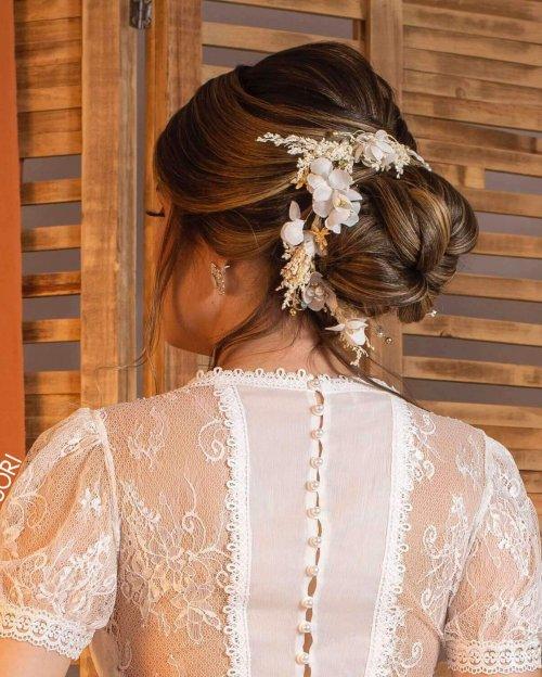 {Cabo Frio} Acessório de Cabelo Tiara Flexível com Flores em Tecido e Detalhes em Dourado