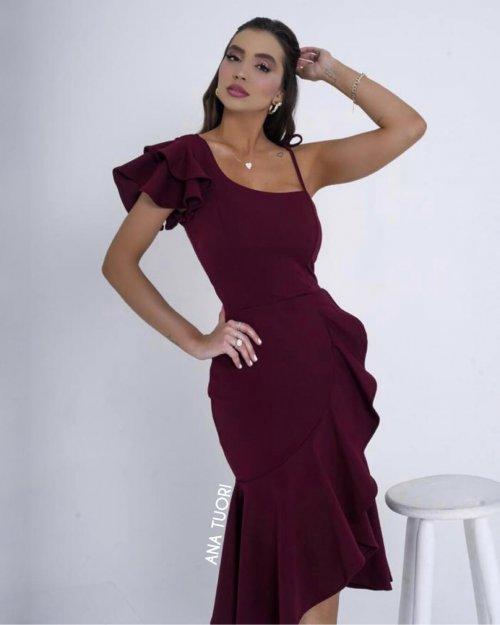 {Cecília} Vestido Festa Midi Um Ombro e Barra com Babados Casamento Formatura (cor Marsala)