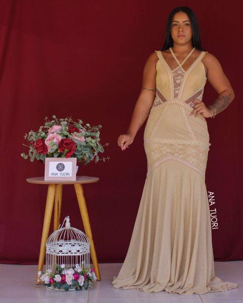 {Maitê} Vestido Festa Longo Alças Semi Sereia com Brilho Detalhes em Renda Madrinha Casamento Formatura (cor Dourado)