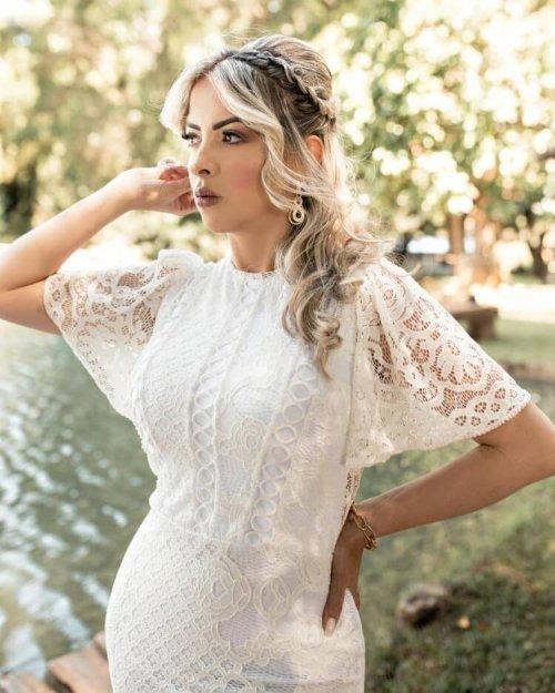{Mariah} Vestido Noiva Midi Justinho Manga Solta Detalhes em Guipure Círculos Casamento Civil Formatura (Branco Off)