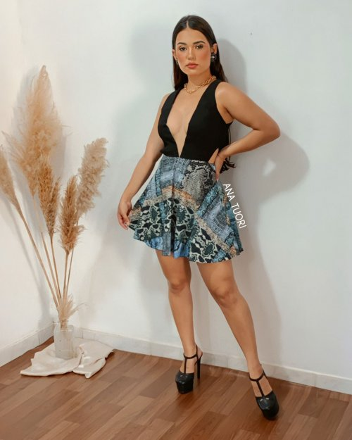 Vestido Curto Rodado Decote Profundo e Aberturas na Cintura (cor Preto e Estampado) - Ludimila Machado
