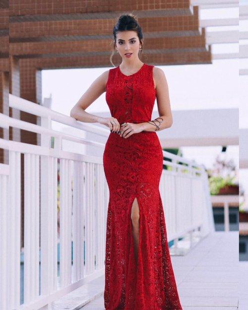{Aline} Vestido Festa Longo Semi Sereia em Renda com Fenda Frontal e Decote Coberto Madrinha Formatura (Cor Vermelho)