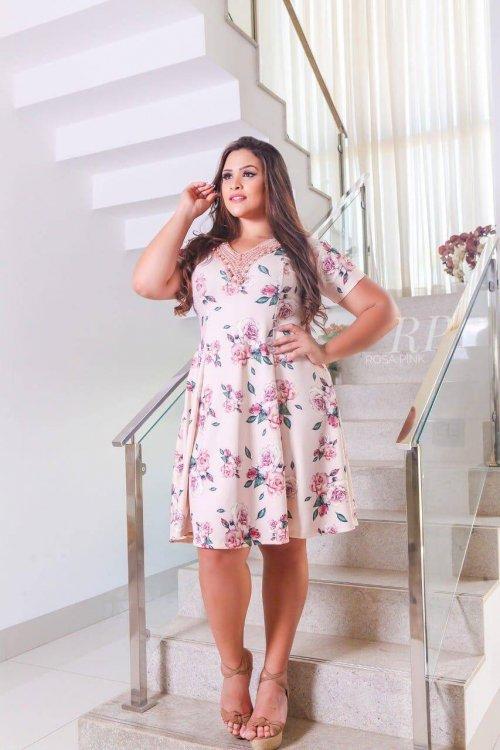 Vestido Plus Size Detalhes Guipir Rosa Pink