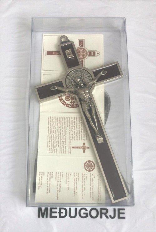 Crucifixo de Metal Trabalhado em Metal com Medalha de São Bento