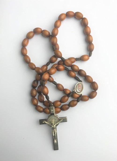 Terço de Madeira Grande com Crucifixo de Metal também Grande e com Medalha de São Bento