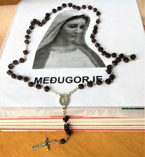 Terço de Medjugorje trabalhado em resina com medalha da Salve Rainha de um lado a Rainha da Paz e do outro Terra de Medjugorje