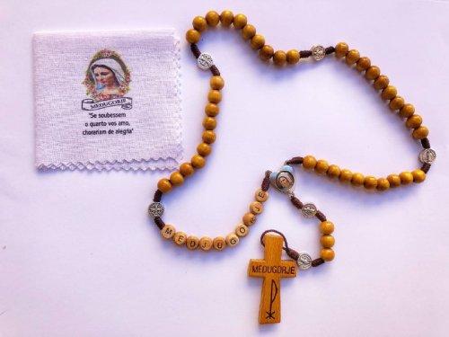 Terço de Madeira cor mogno com a palavra MEDJUGORJE + Lencinho do Cristo Ressuscitado (Pronta-Entrega)
