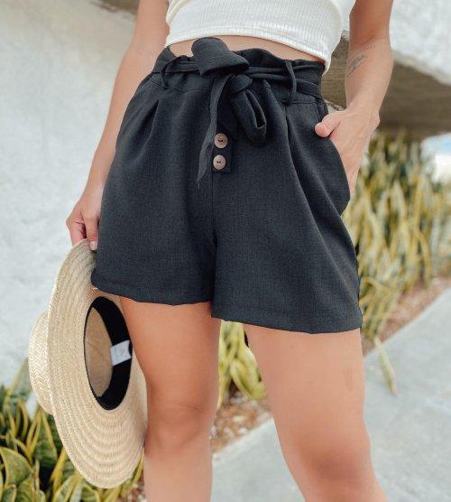 Shorts em linho com detalhe de botões - Preto